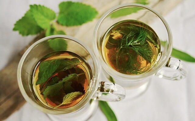 Herbatka z melisy i męczennicy w przezroczystych filiżankach