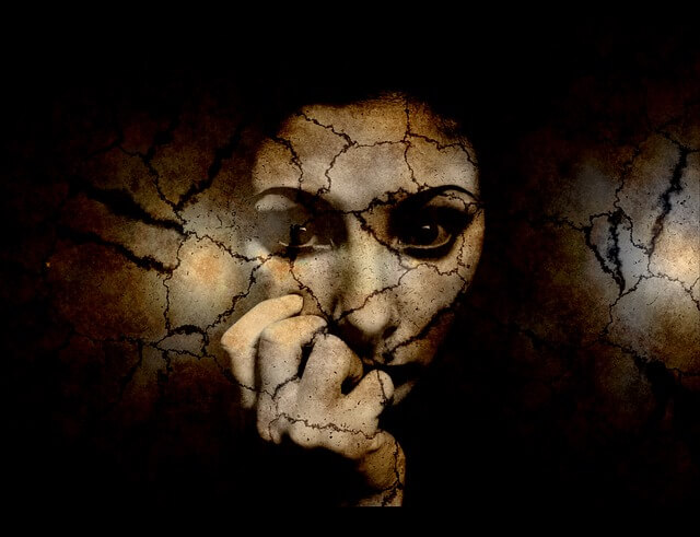 Popękana twarz kobiety, która sie boi
