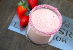 truskawkowy shake w wysokiej szklance