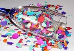 Leżący kieliszek pełen konfetii