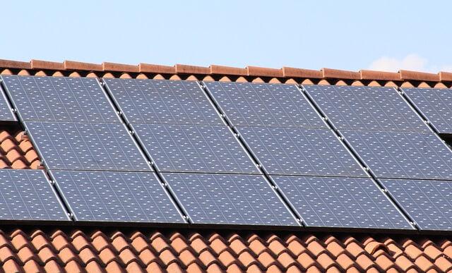 słoneczne kolektory na dachu